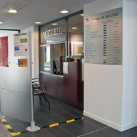 Bureau des entrees dans le hall d'accueil du centre de biologie